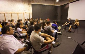 Leo Medeiros e Djin comparam partituras e roteiros