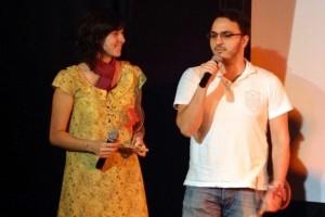 Patricia e Victor recebendo prêmio no Festival da Bahia