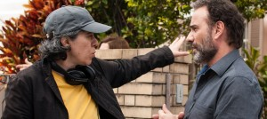 """Lina dirigindo o ator e amigo Marco Ricca, em """"Os Amigos""""."""