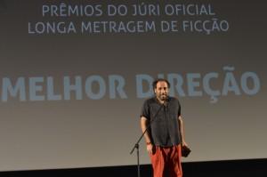 Michael Wahrmann recebe o prêmio de melhor diretor pelo filme Avanti Popolo, no 46º Festival de Brasília do Cinema Brasileiro. Foto de Valter Campanato/ABr