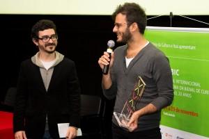 Diego Carvalho Sá recebendo prêmio na categoria Melhor Ficção, no FICBIC 2013.