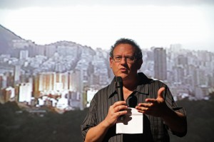 "Julio Wainer mostrando e comentando trechos de ""Santo Forte"""