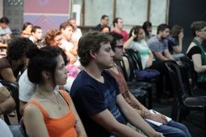 Plateia concentrada e emocionada no estúdio da AIC.