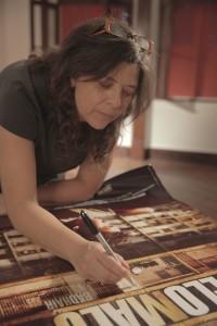 """Assinando o poster do seu filme """"Pelo Malo"""". Foto: Alessandra Haro"""
