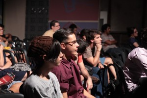 Plateia concentrada escutando a diretora e artista plástica.