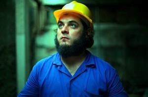 """Henrique em cena do filme """"Sinfonia de Um Homem Só"""", de Cristiano Burlan."""