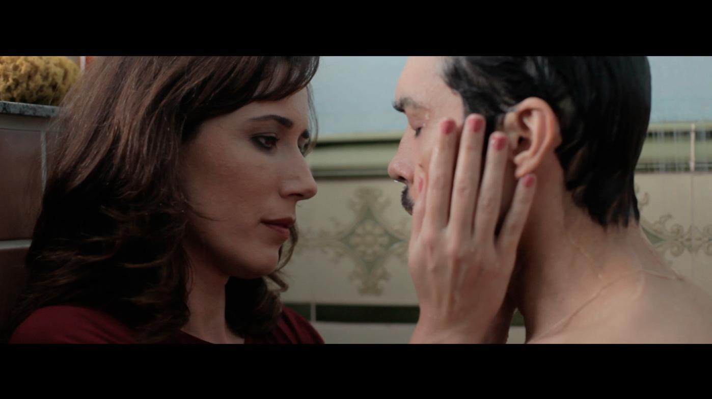 Os protagonistas do curta que encarnam um casal completamente desconectado.