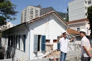 Ricardo Bonnet, arquiteto responsável pelo projeto da AIC Rio de Janeiro, ainda no começo da obra do estúdio.