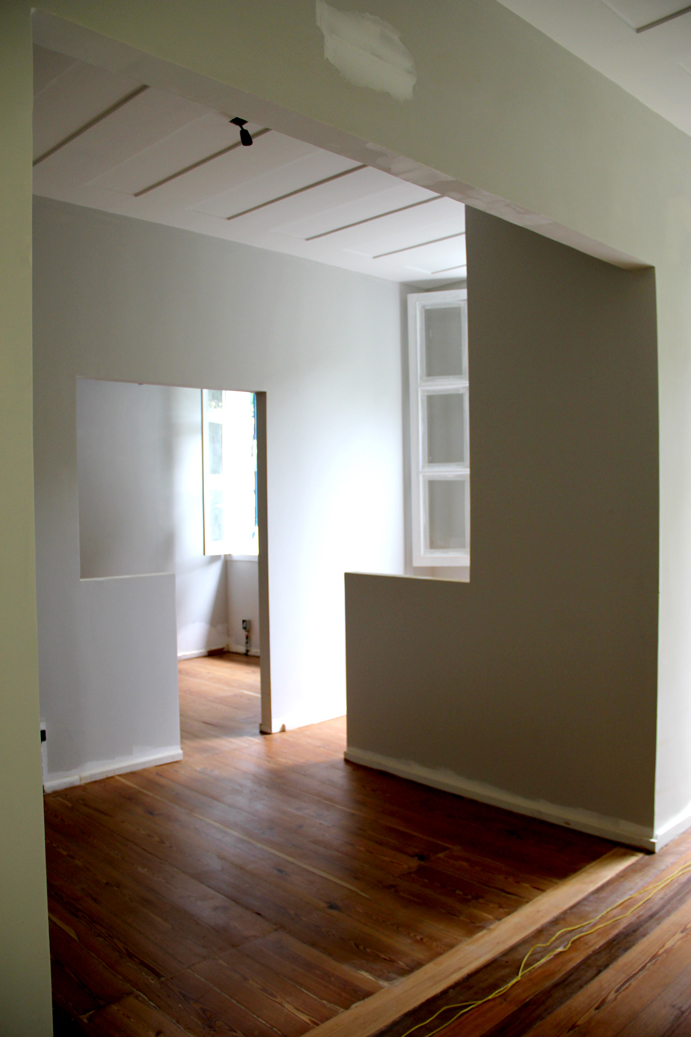 Parte do andar de cima do casarão, já com a pintura sendo finalizada. A marcenaria (móveis) começam a ser instalados ainda nesta quarta-feira.