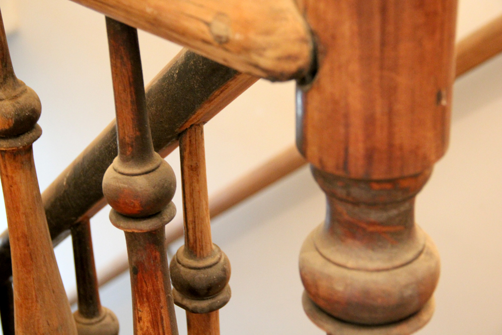 Escada original da casa, sendo toda restaurada por um artesão.