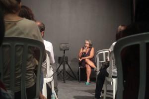 Respondendo as perguntas no estúdio da AIC RIO.