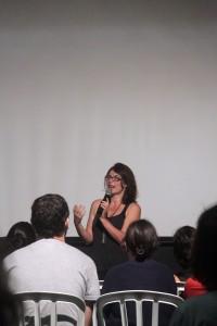 """Rosana Urbes contando sobre o processo de produção de """"Guida"""", na AIC Rio."""