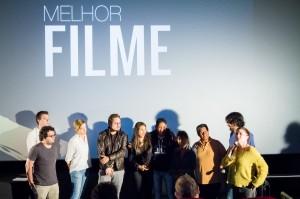 """O prêmio de Melhor Filme foi para """"Vidas Ausentes"""", que conta a história de Rosa, uma imigrante boliviana que trabalha em uma fábrica de costura clandestina em São Paulo."""