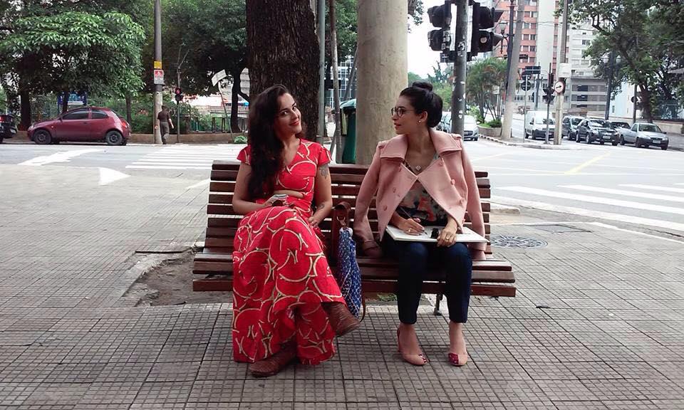 A diretora Juliana Valente, de vermelho, ao lado de Stefani Mota, atriz do filme.