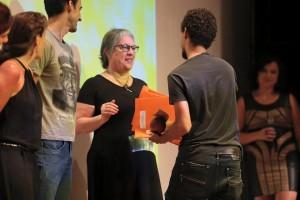 Lia Gandelman recebendo homenagem na Goiânia Mostra Curtas