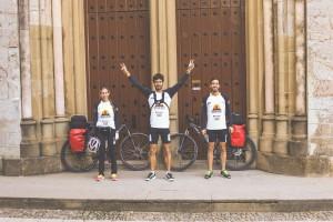 Thaís Zago, Victor Hugo e Rafael Dias, durante o desafio no Caminho de Santiago