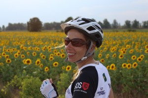 A ex-aluna da AIC e jornalista Thaís Zago, entre os girassóis, durante o percurso de 800 km, na Espanha.