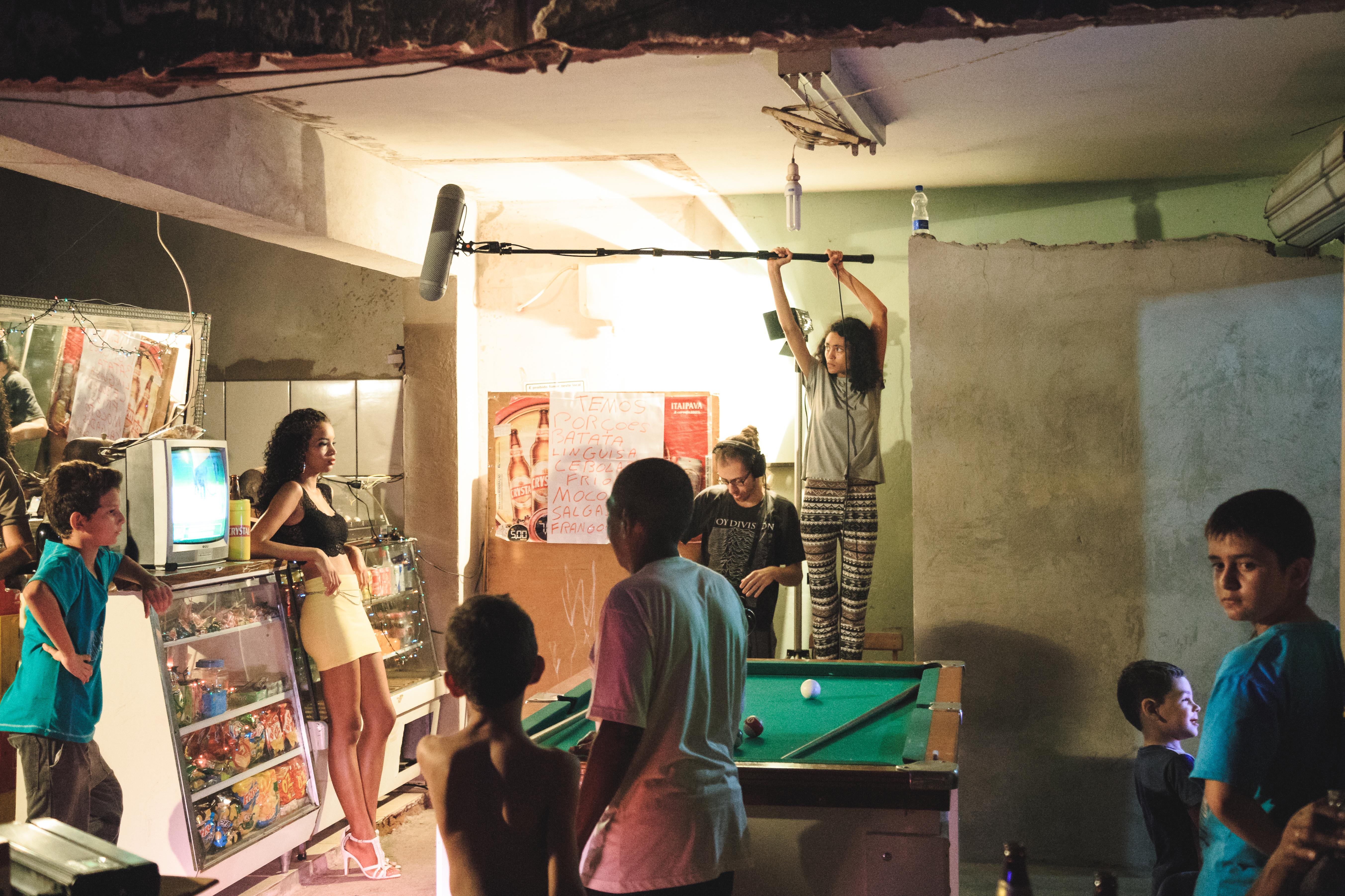 A ex-aluna Isadora Maria Torres e o Diretor de Som Leonardo Bortolin, captando o som direto durante as gravações do curta.