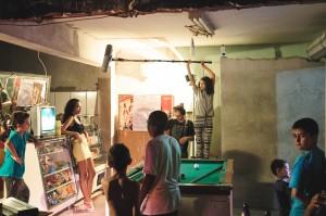 A ex-aluna Isadora Maria Torres e o Diretor de Som Leonardo Bortolin, captando o som direto durante as gravações do curta. foto: Michael Willis