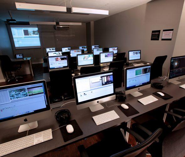O montador ou editor cinematográfico é responsável por dar sentido narrativo às imagens captadas, seguindo a estrutura do roteiro e a visão do projeto.