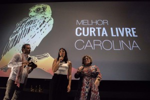 A professora Teresinha Cipolotti, e os coordenadores Martin Eikmeier e Juliana Salazar entregando o prêmio para o documentário Carolina