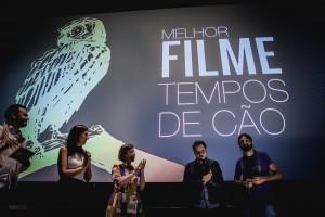 """Ronaldo Dimer e Victor Amaro recebendo o prêmio por """"Tempos de Cão"""""""