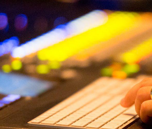 Os profissionais de som, com um trabalho técnico e artístico que envolve diálogos, ruídos e música, constroem a dimensão sonora de um filme, pontuando e realçando a narrativa.